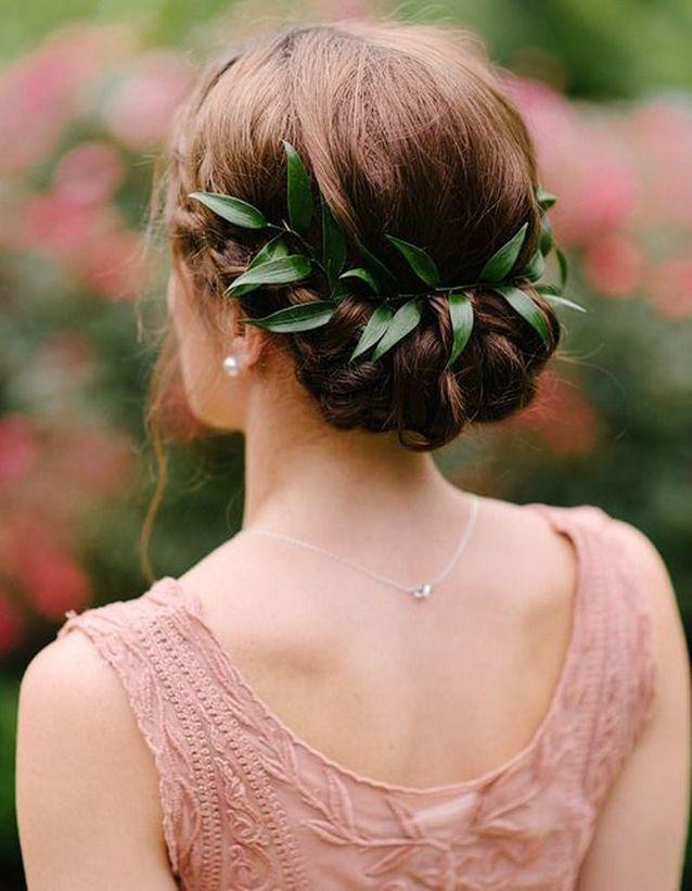 Des fleurs naturelles dans les cheveux pour le mariage