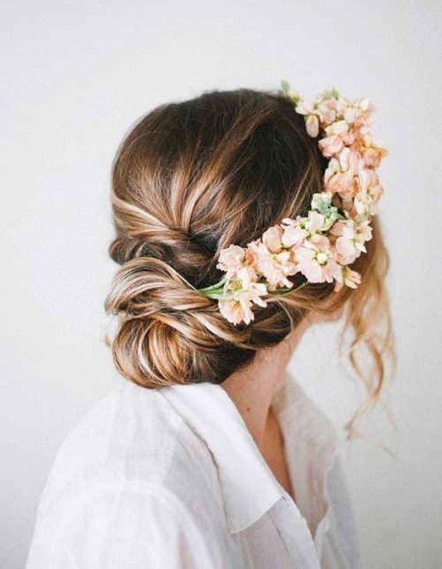 Des fleurs roses dans les cheveux