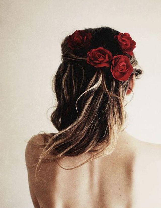 Des fleurs rouges dans les cheveux