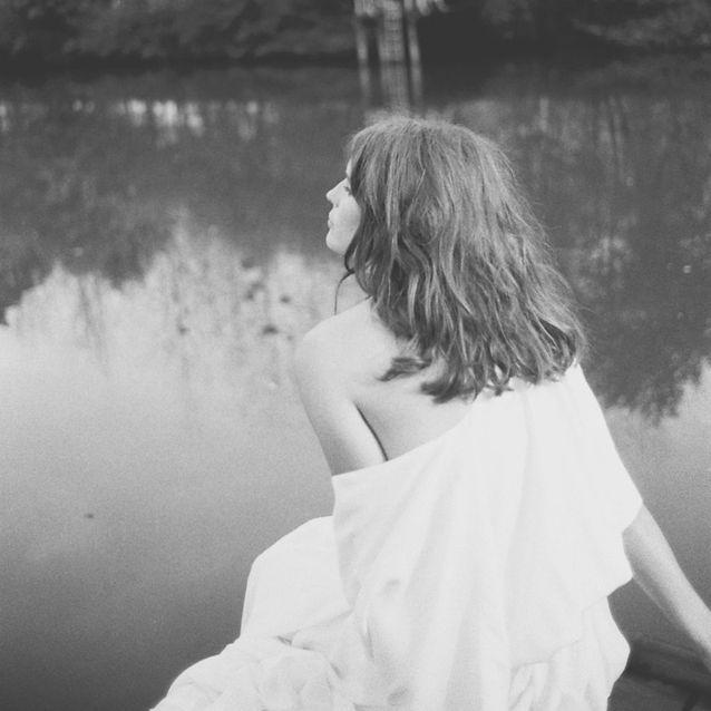 L'épaule dénudée de la robe de mariée A Place In The Sun