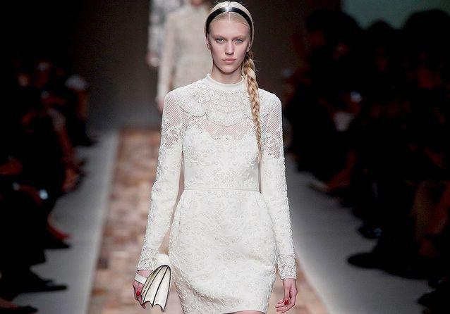 64e0f657b56 Robes de mariée   30 silhouettes de défilés pour s inspirer - Elle