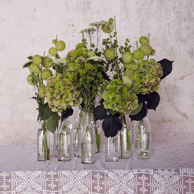 Idée déco : bouquets et bouteilles utilisées en guise de vases