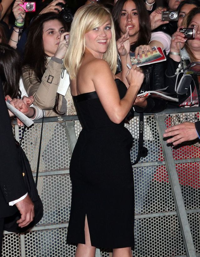 Reese Witherspoon marche à reculons