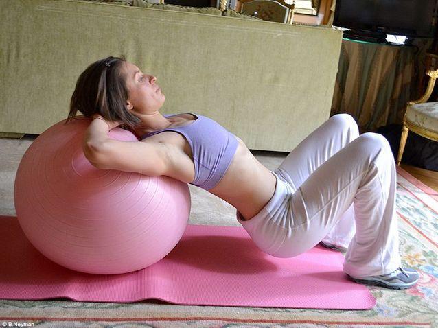 Minceur sport exercices coach julie ferrez fessiers bridge ballon 4