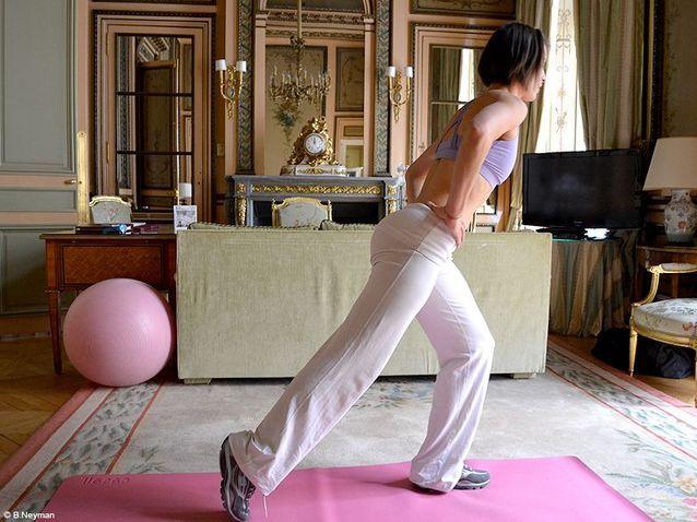 Minceur sport exercices coach julie ferrez fessiers demie fente 4