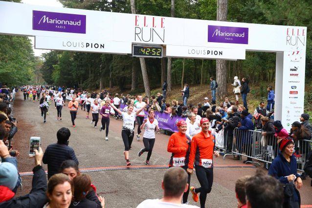 Les ELLE Runners franchissent la ligne d'arrivée de la course