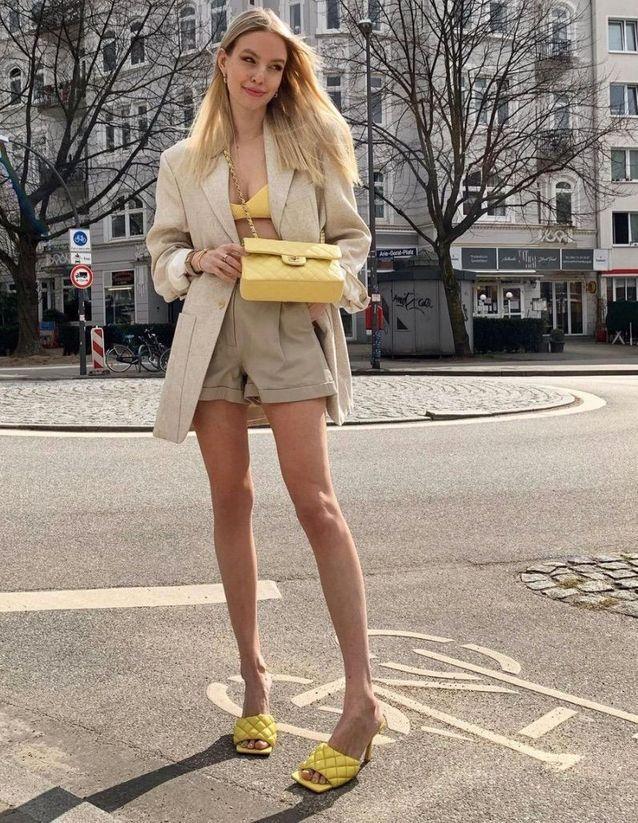 Blazer beige et soutien gorge jaune