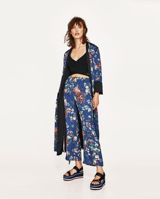 Avec un kimono ouvert