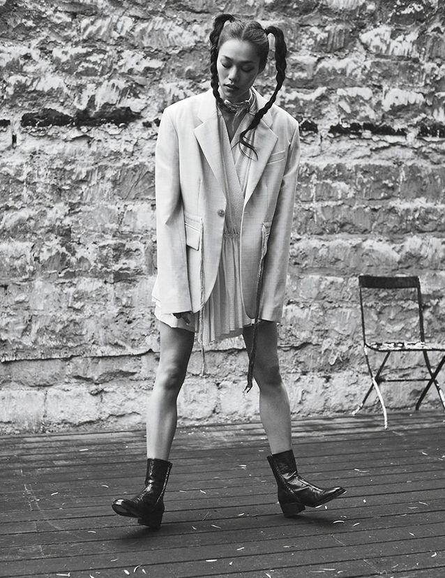 Veste en laine, robe en soie et bottines en cuir, ZADIG & VOLTAIRE. Collier « Chance Infinie » en or jaune, FRED x ANNELISE MICHELSON.
