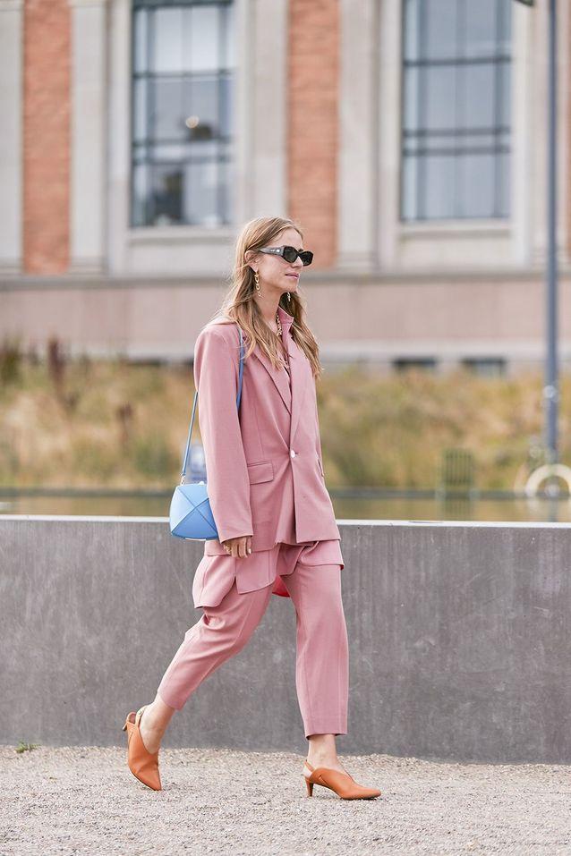 Un tailleur pantalon avec un sac à main géométrique