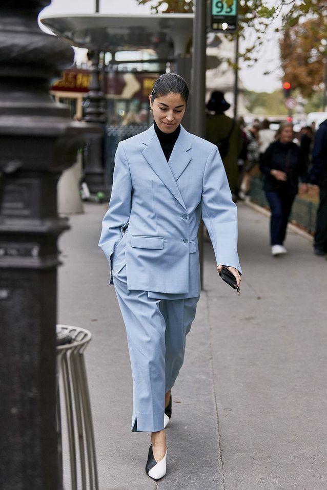 Un tailleur pastel des souliers bicolore