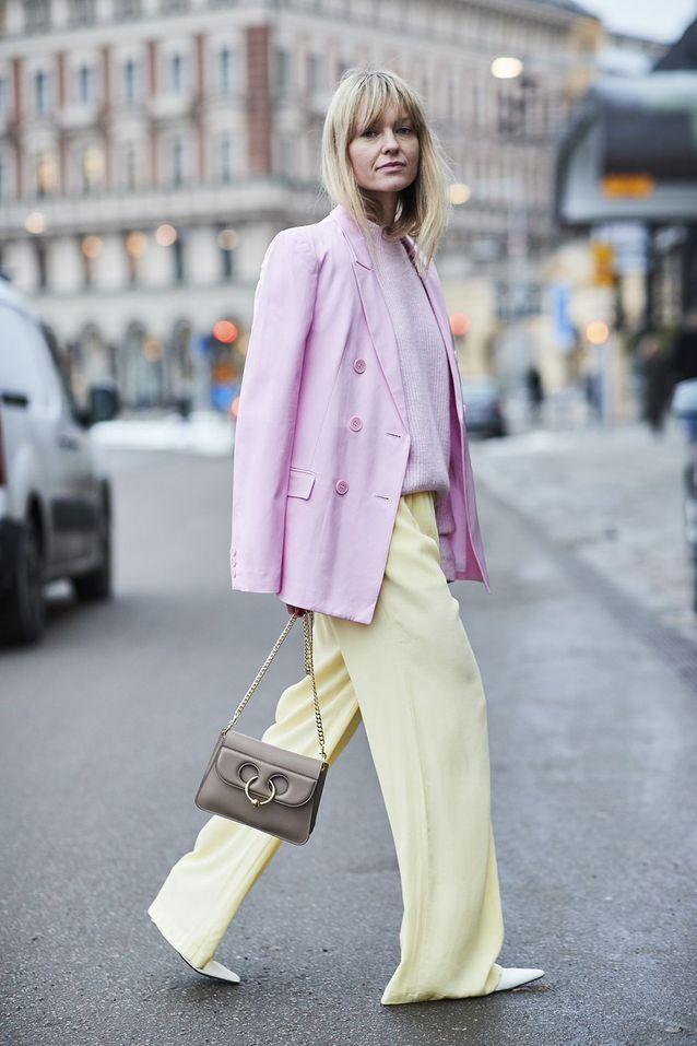 Un tailleur pastel rose et jaune