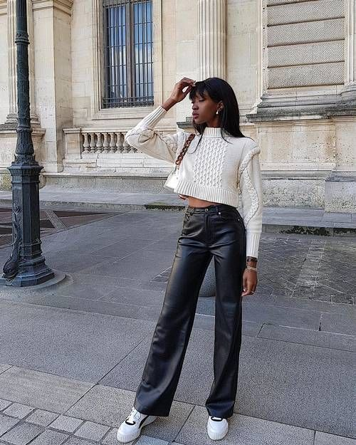Pantalon similicuir et baskets blanches