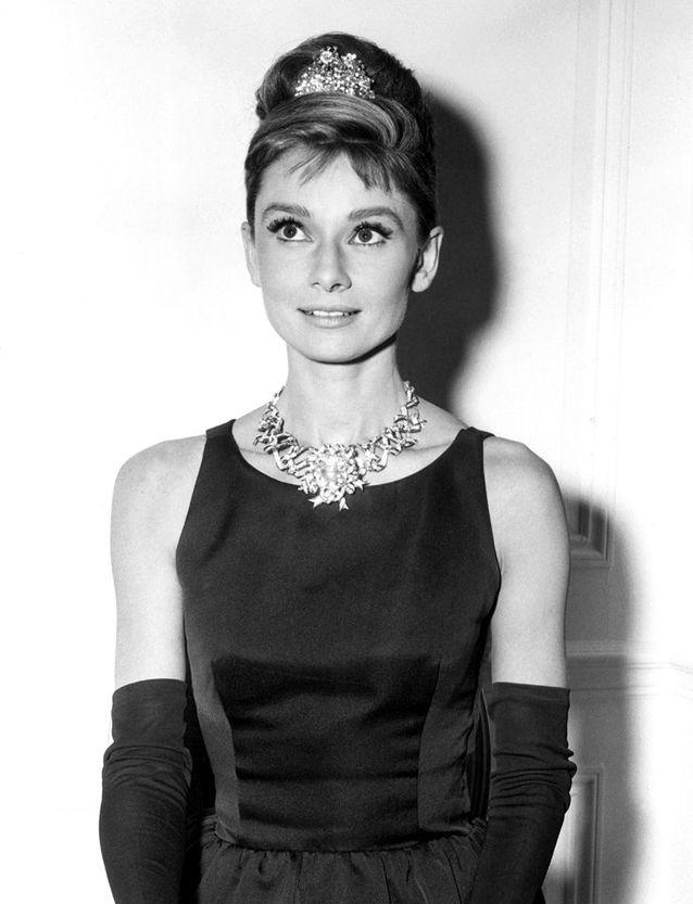 L'actrice Audrey Hepburn portant le « Ribbon Rosette », collier serti du Tiffany Diamond, en 1961
