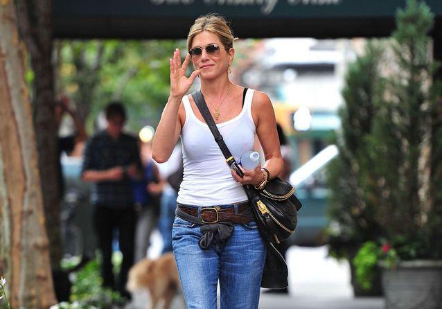Jennifer Aniston : comment elle porte le jean avec style depuis les années 90