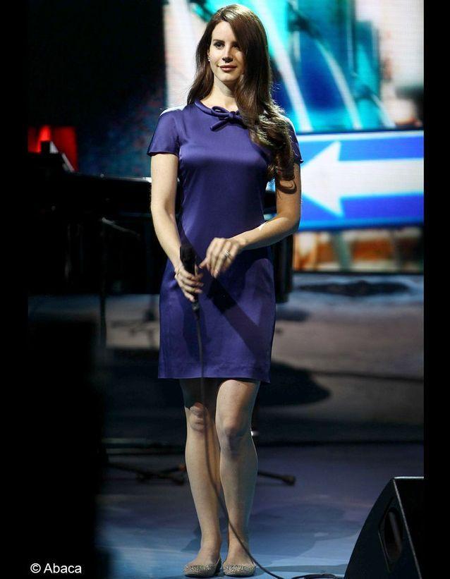 Lana del Rey en robe bleu ballerine