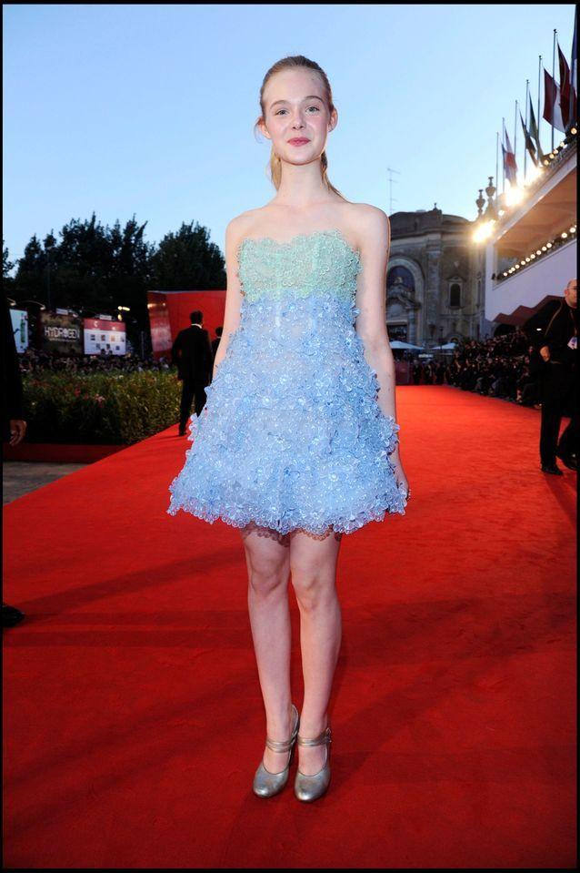 Elle Fanning dans une robe courte bleue à la 67eme Mostra de Venise