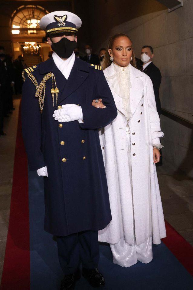 Jennifer Lopez aux côtés d'un soldat au Capitol