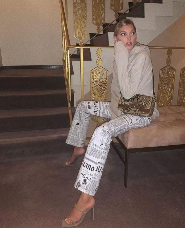 Elsa Host et son pantalon à imprimé journal