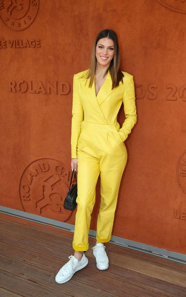 Iris Mittenaere en costume jaune et baskets blanches à Roland Garros
