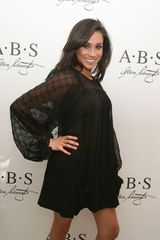 En 2007, Meghan Markle s'affiche en petite robe noire pour l'un de ses premiers tapis rouges.