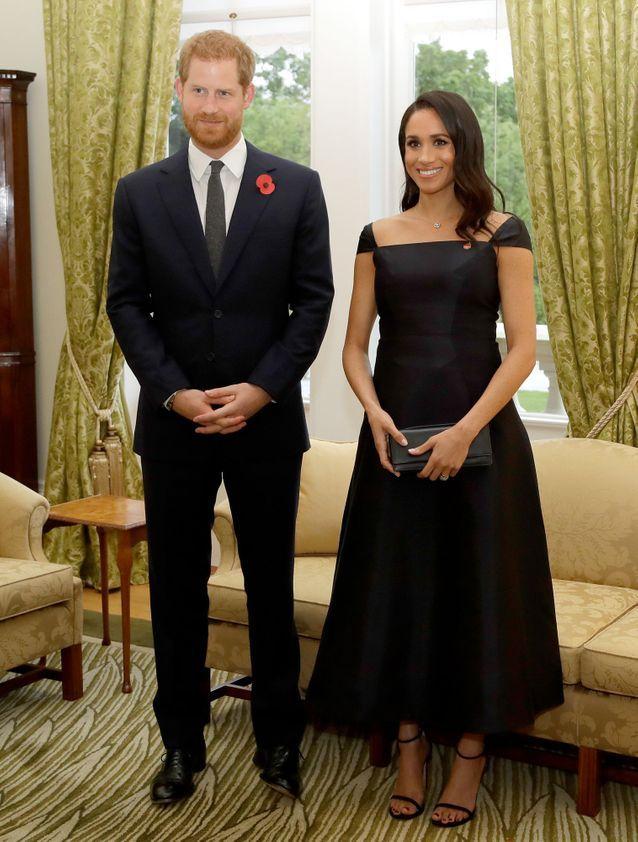 Meghan Markle en robe noire aux côté du Prince Harry
