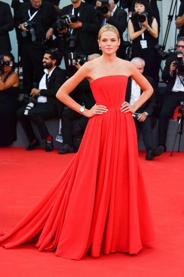 Gabriella Wilde sur le tapis rouge de la Mostra de Venise