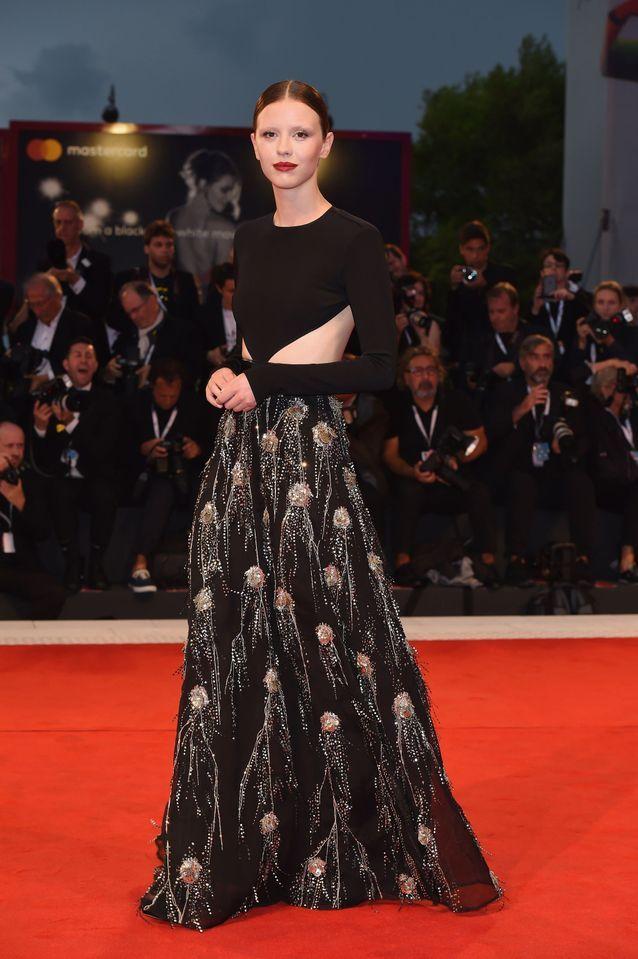 Mia Goth sur le tapis rouge