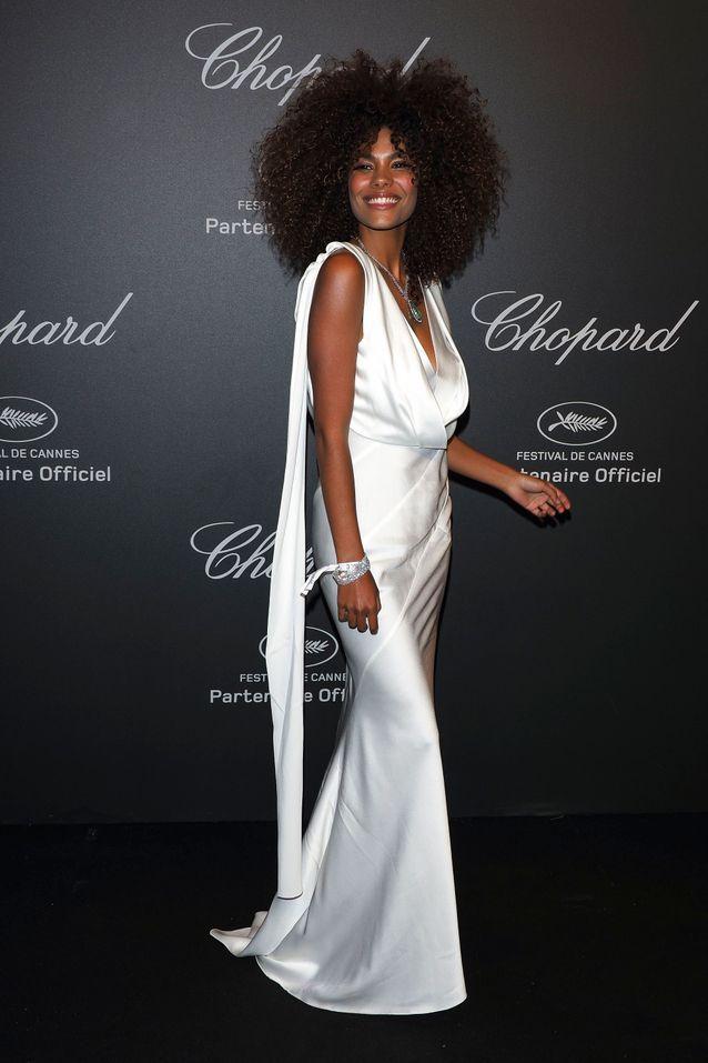 Tina Kunakey et sa robe fourreau blanche