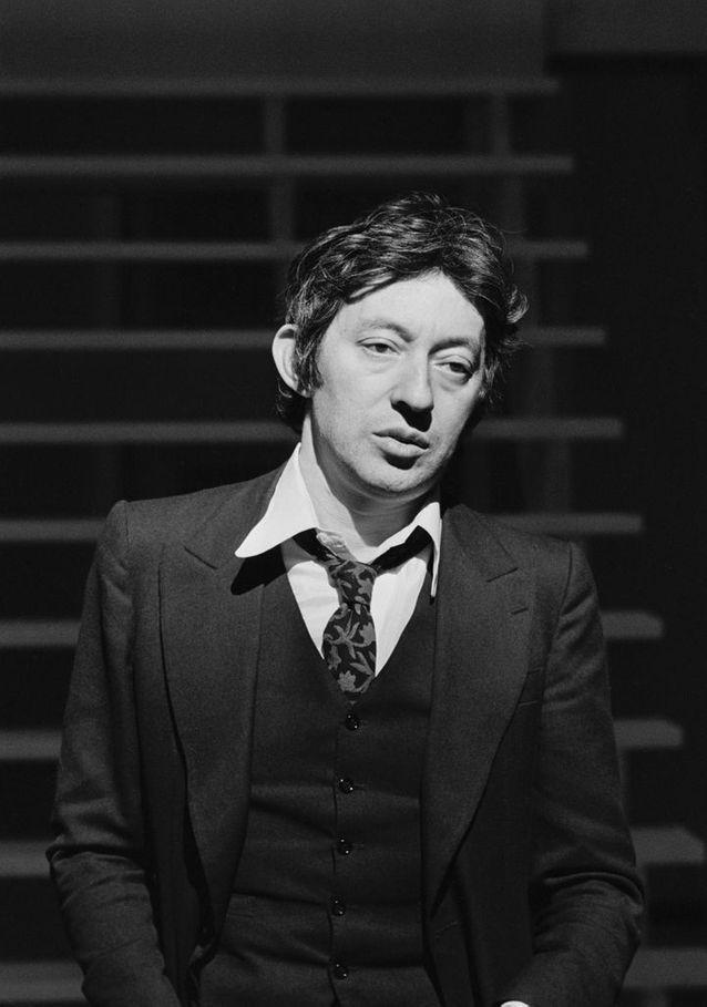 Serge Gainsbourg en costume cravate