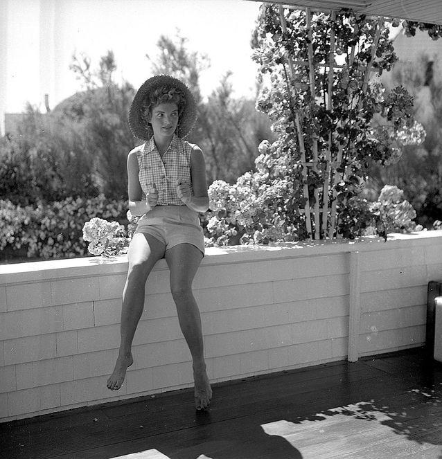 Jackie Kennedy en short pendant  des vacances à Hyannis Port en 1953