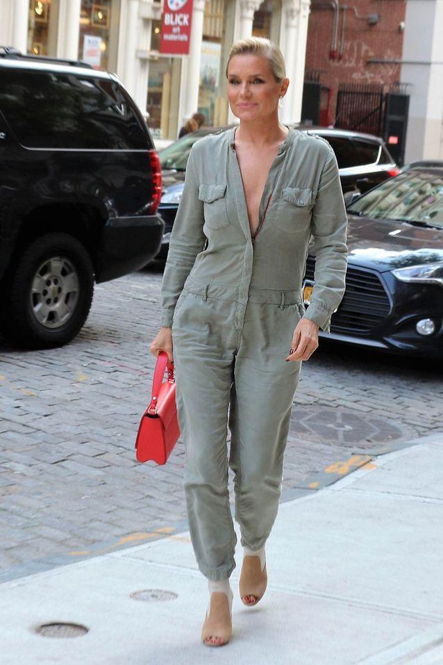 Yolanda Hadid en combinaison kaki