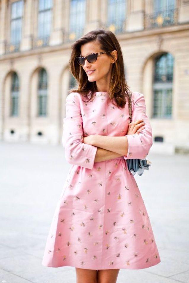 Une robe rose à motifs