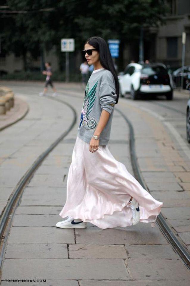 Une robe rose avec des sneakers et un sweat