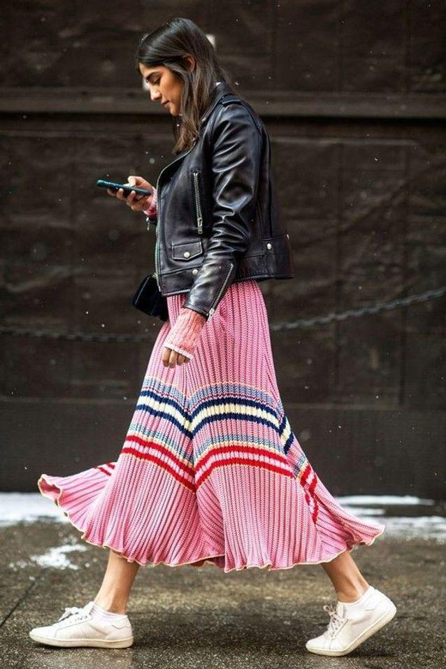 Une robe rose longue sous un Perfecto