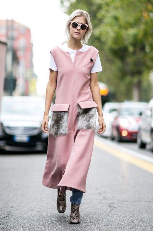 Une robe rose sur un jean