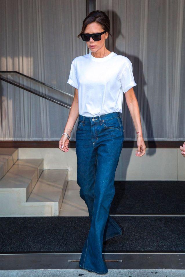 Comme Victoria Beckham, on porte son t-shirt blanc avec un jean bleu