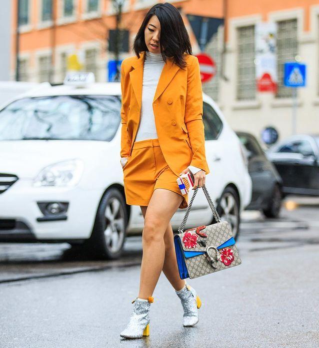 Un tailleur short coloré avec des bottines à paillettes