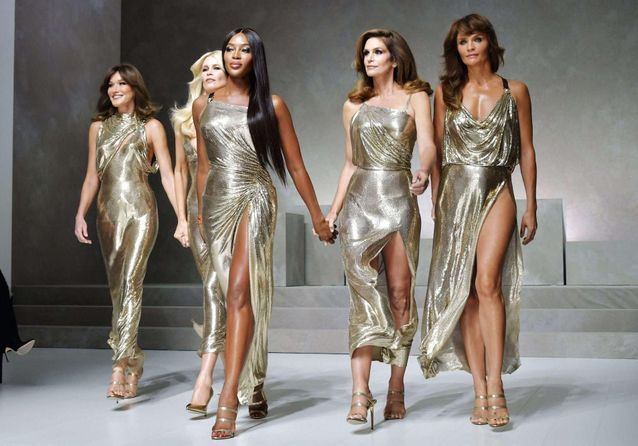 Carla Bruni, Cindy Crawford, Naomi Campbell : les tops défilent pour Versace