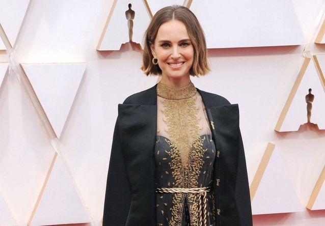 Histoire d'une tenue : la cape féministe de Natalie Portman aux Oscars
