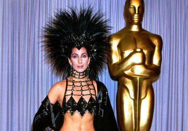 Histoire d'une tenue : le total look sequins de Cher aux Oscars 1986