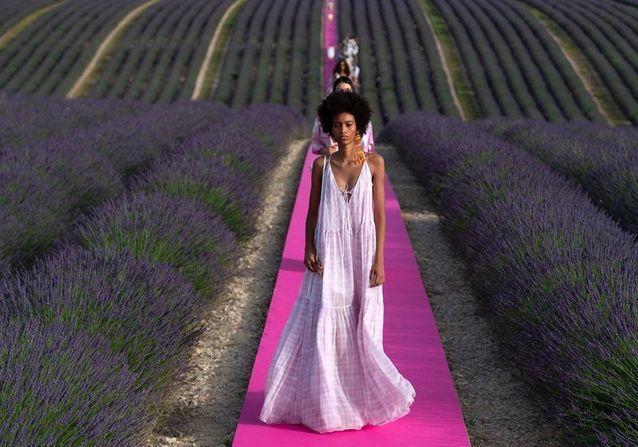 Jacquemus célèbre ses 10 ans avec un défilé féerique dans un champ de lavande