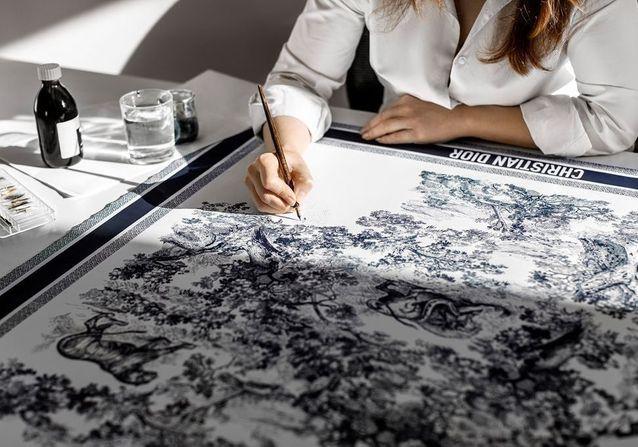L'instant mode : Les secrets de fabrication des foulards Dior