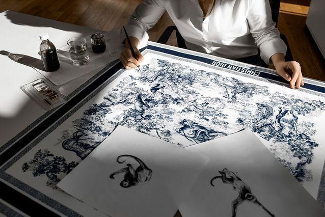 La fabrication commence avec la gravure à la plume