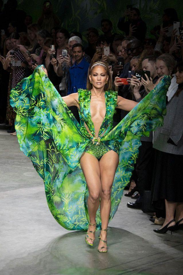 Jennifer Lopez reporte son iconique robe jungle à la Fashion Week de Milan