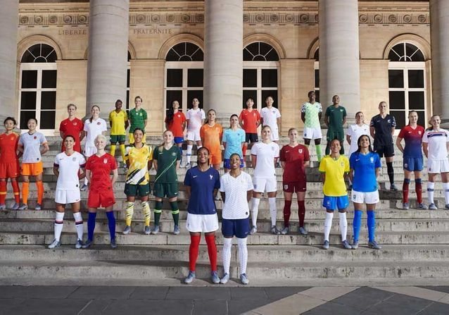 Les joueuses et leurs maillots devant le palais Brongniart