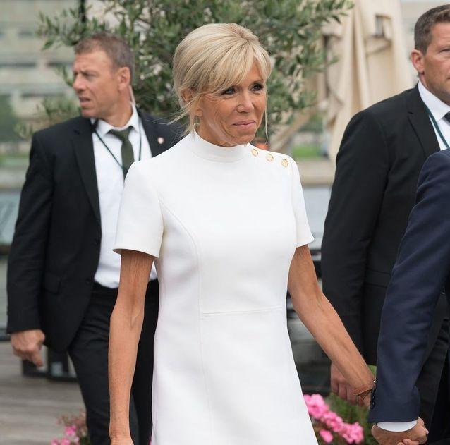 Brigitte Macron au Danemark le 29 août en robe blanche Vuitton