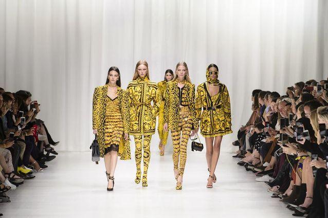 Les imprimés règnent en maître sur le podium du défilé Versace printemps-été 2018