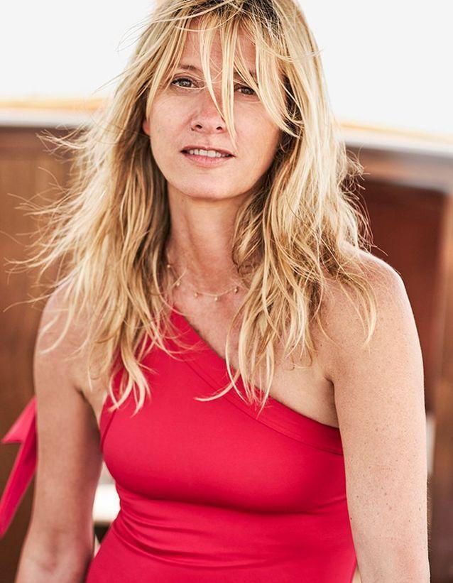 Un maillot de bain rouge pour la créatrice au célèbre bleu