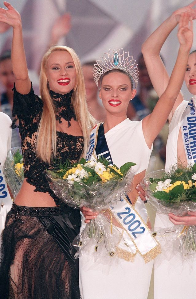 Robe asymétrique blanche avec le ventre apparent pour Sylvie Tellier, Miss France 2002